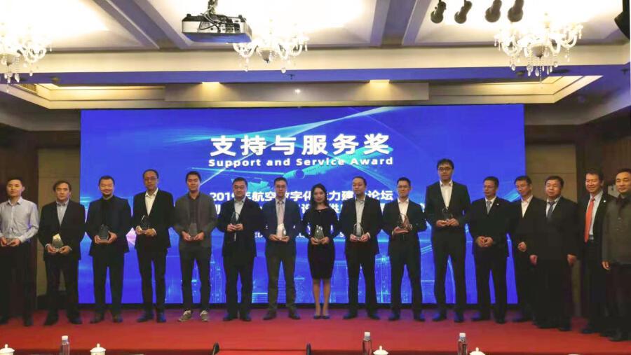 Entrega de premios con Lijuan Liu, gerente de Schneeberger China (centro)